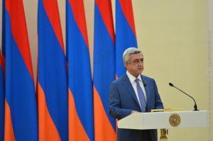 Серж_Саргсян на фоне флага